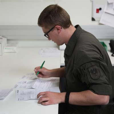 Soldaten unterstützen Logistikzentrum
