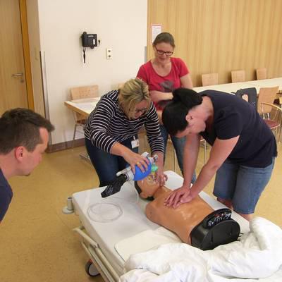 Mitarbeiter trainieren Reanimation