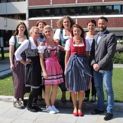 Dirndlgwandmontag im Universitätsklinikum Krems: Kaufmännisches Team startet in Tracht in die neue Arbeitswoche
