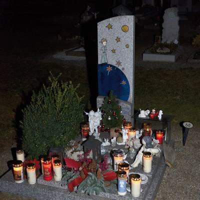 Kerzenleuchten bei Gedenkfeier