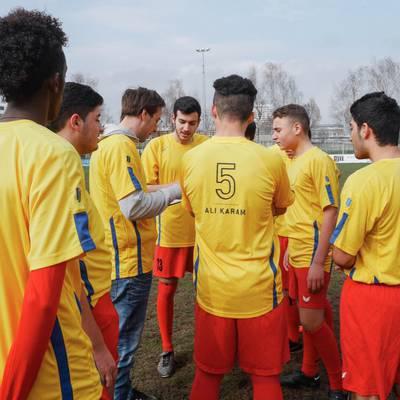 Kicken ohne Grenzen: Flüchtlinge kicken das Runde ins Eckige